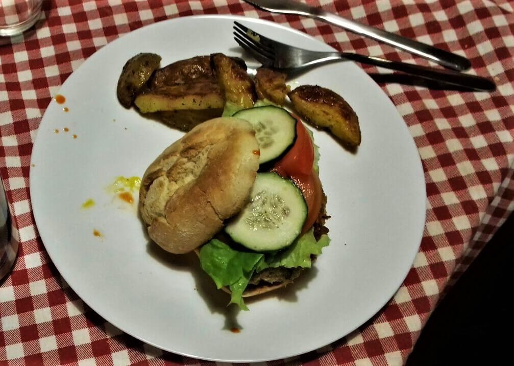 Вегетарианский бургер в хостеле в Фаро